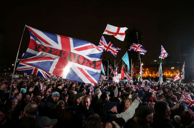 Pro-Brexit demonstrators celebrate on Parliament Square on Brexit day in London, Britain January 31, 2020. REUTERS/Simon Dawson