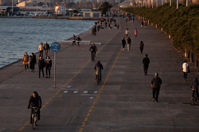 People enjoy their afternoon stroll in the seafront promenade of Thessaloniki, despite the government's urge to stay at home to limit the spread of the coronavirus, Greece on March 20, 2020. / Κόσμος απολαμβάνει την απογευματινή του βόλτα στην παραλία της Θεσσαλονίκης, παρά την παρότρυνση της πολιτείας για παραμονή στο σπίτι με σκοπό τον περιορισμό της εξάπλωσης του κορωναϊού, Θεσσαλονίκη, 20 Μαρτίου 2020.