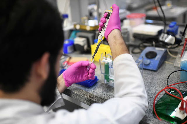 A researcher from the Institute of Biology at the Federal University of Rio de Janeiro (UFRJ) works to develop a new test to detect coronavirus infections in people, in Rio de Janeiro, Brazil, March 25, 2020. Picture taken March 25, 2020. REUTERS/Lucas Landau