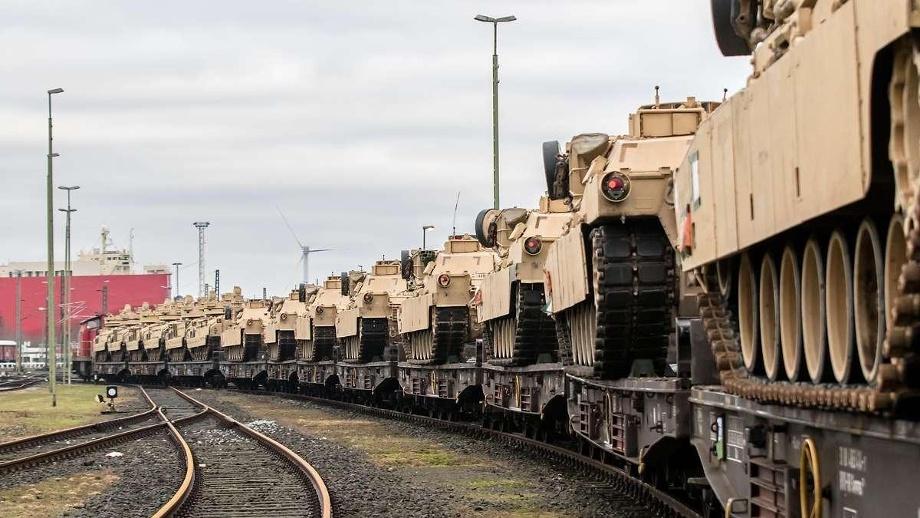 us-panzer-im-hafen-bremerhaven-archivbild-13-000-fahrzeuge-und-container-mit-ausruestung-werden-fuer-die-uebung-defender-europe-aus-den-usa-nach-europa-gebracht-hochbetrieb-in-deutschland-wird-im