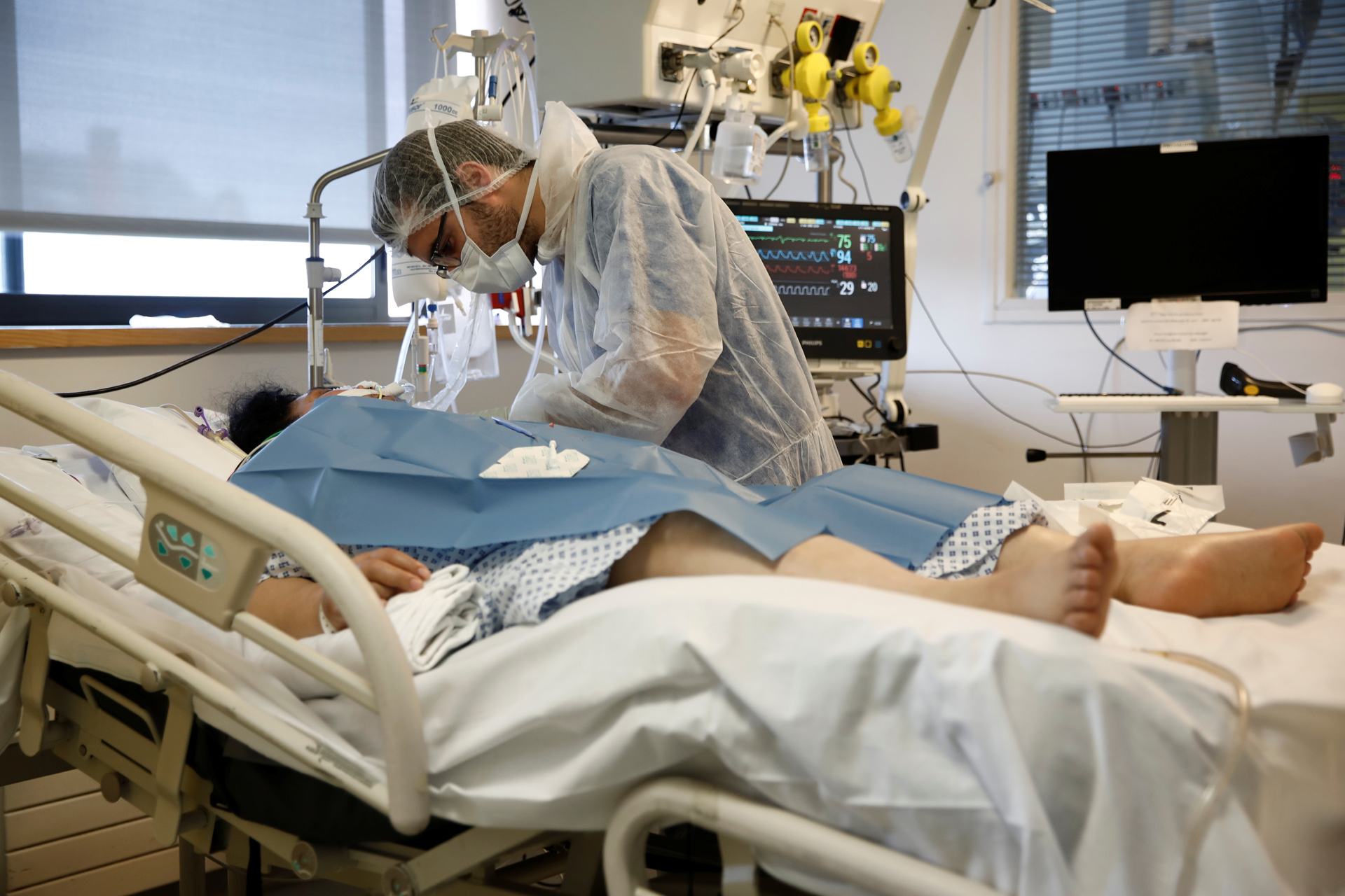 A patient suffering from coronavirus disease (COVID-19) is treated at the intensive care unit at the Institut Mutualiste Montsouris (IMM) hospital in Paris as the spread of the coronavirus disease continues in France, April 6, 2020. REUTERS/Benoit Tessier