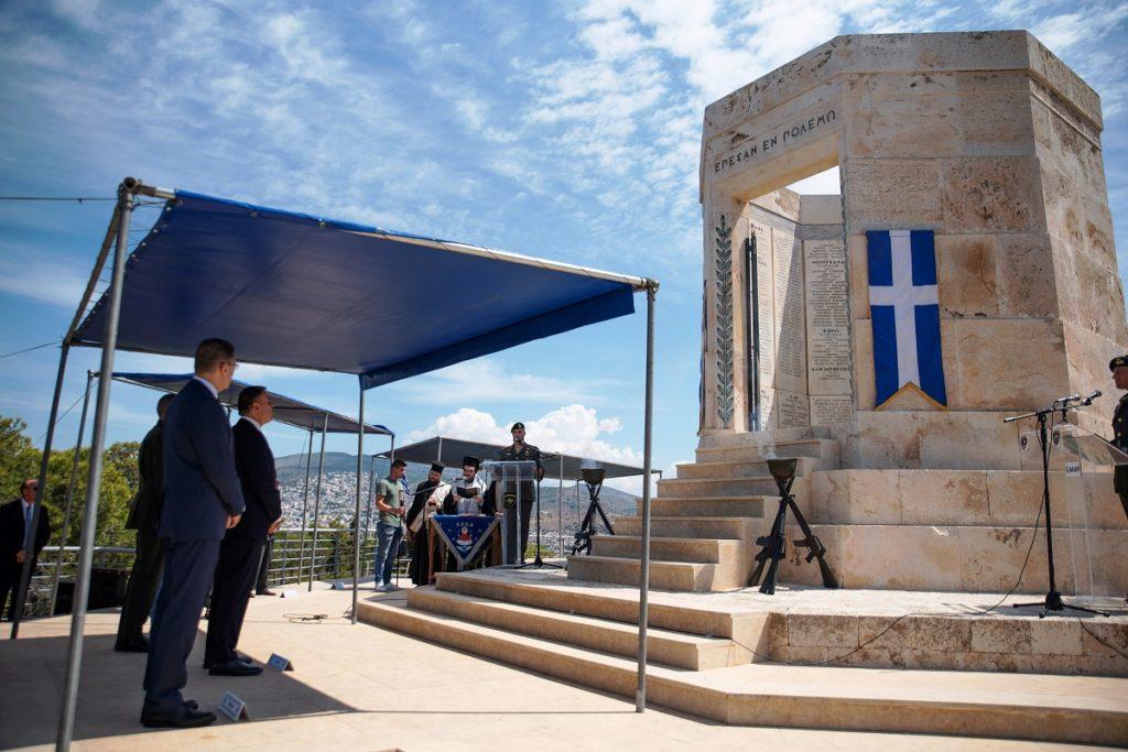 (Ξένη Δημοσίευση)  Ο Υπουργός Εθνικής Αμύνης Νικόλαος Παναγιωτόπουλος παραβρέθηκε στην Επιμνημόσυνη Δέηση υπέρ των πεσόντων Καταδρομέων, η οποία πραγματοποιήθηκε στο Ηρώο των ΛΟΚ στο Καβούρι της Βουλιαγμένης. Κυριακή 31 Μαΐου 2020. Στην τελετή παρέστησαν επίσης, ο Υφυπουργός Εθνικής Αμύνης Αλκιβιάδης Στεφανής, ο Αρχηγός ΓΕΕΘΑ Στρατηγός Κωνσταντίνος Φλώρος, ο Αρχηγός ΓΕΣ Αντιστράτηγος Χαράλαμπος Λαλούσης, εκπρόσωποι των Κομμάτων, της Τοπικής Αυτοδιοικήσεως και της Εκκλησίας. Στο χαιρετισμό του, ο Υπουργός Εθνικής Αμύνης επεσήμανε πως η συγκέντρωση την τελευταία Κυριακή του Μαΐου, συμβαίνει ανελλιπώς τα τελευταία 70 χρόνια για την αποτίμηση φόρου τιμής και την προσευχή για την ανάπαυση των Αξιωματικών και των Οπλιτών των Δυνάμεων Καταδρομών που «Έπεσαν Εν Πολέμω». ΑΠΕ- ΜΠΕ/ ΓΡΑΦΕΙΟ ΤΥΠΟΥ ΥΠΕΘΑ /STR