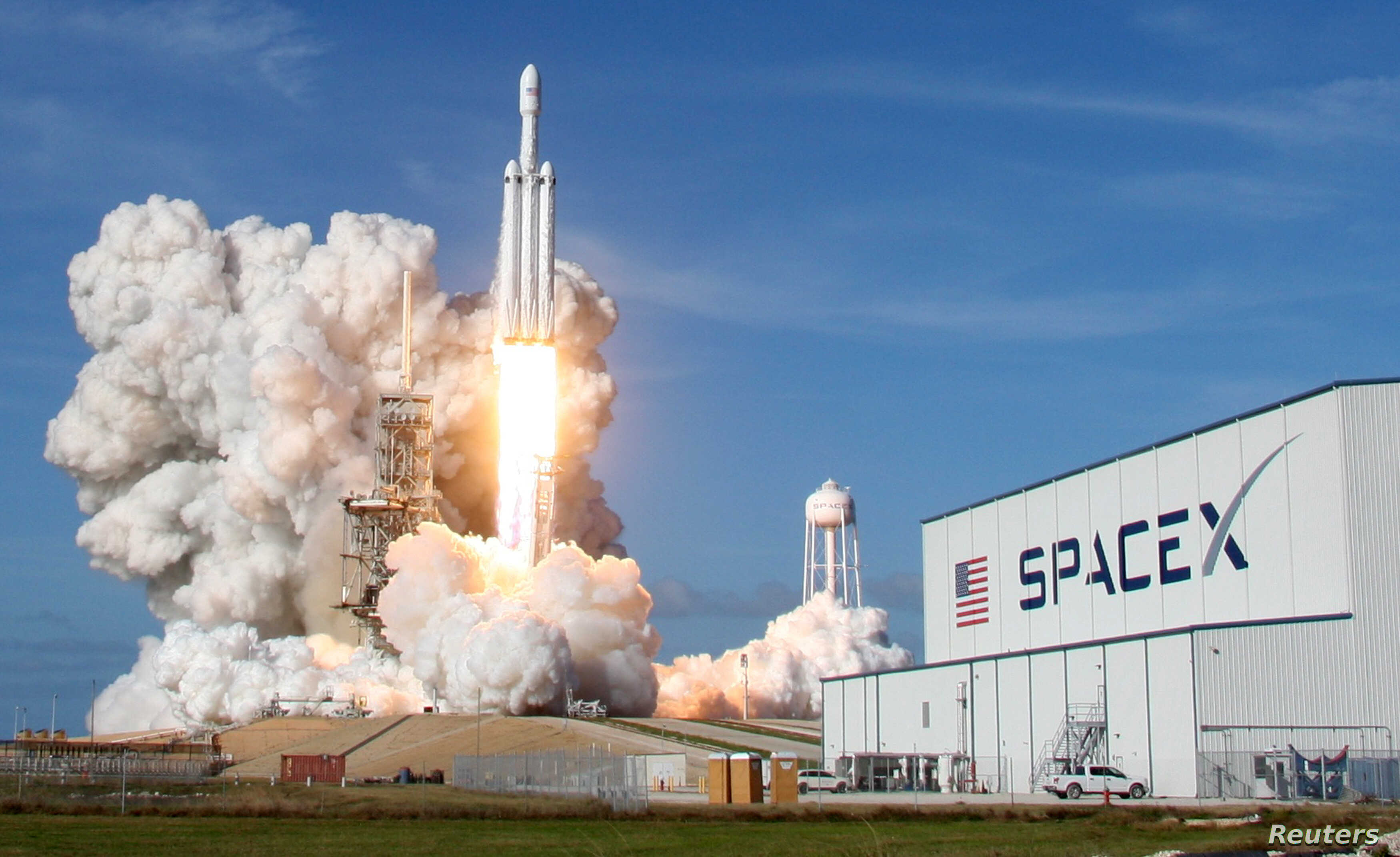 FILE PHOTO: A SpaceX Falcon Heavy rocket lifts off from historic launch pad 39-A at the Kennedy Space Center in Cape Canaveral, Florida, U.S., February 6, 2018. REUTERS/Thom Baur/File Photo - RC1F69D2BB40