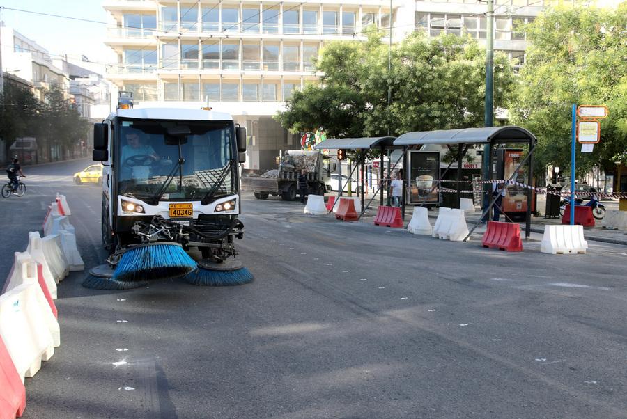 Συνεργεία του Δήμου της Αθήνας πραγματοποιούν εργασίες στην Πλατεία Συντάγματος , Κυριακή 28 Ιουνίου 2020. Συνεχίζονται οι παρεμβάσεις στην κάτω πλευρά της πλατείας Συντάγματος, που απελευθερώνουν περισσότερο δημόσιο χώρο, στην πιο πολυσύχναστη περιοχή της πρωτεύουσας, κάνοντάς την πιο φιλική και πιο ευχάριστη για όσους ζουν κι εργάζονται εκεί αλλά και για τους χιλιάδες καθημερινούς επισκέπτες της. Παράλληλα τίθενται σε ισχύ και οι κυκλοφοριακές ρυθμίσεις που θα επιτρέπουν την ομαλή διέλευση όλων των οχημάτων. ΑΠΕ-ΜΠΕ/ΑΠΕ-ΜΠΕ/Παντελής Σαίτας