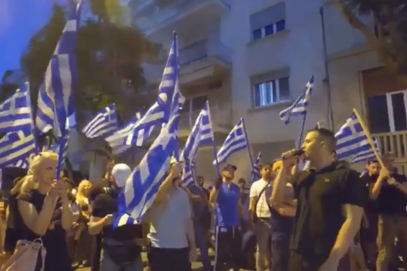"""Οι """"ΕΛΛΗΝΕΣ"""" του Ηλία Κασιδιάρη, έξω από την Τουρκική Πρεσβεία ..."""