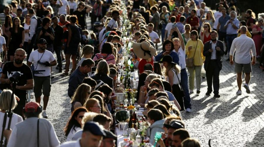 Residents dine at a 500-metre-long table spanning across the length of the medieval Charles Bridge as restrictions ease following the coronavirus disease (COVID-19) outbreak, in Prague, Czech Republic June 30, 2020. REUTERS/David W Cerny