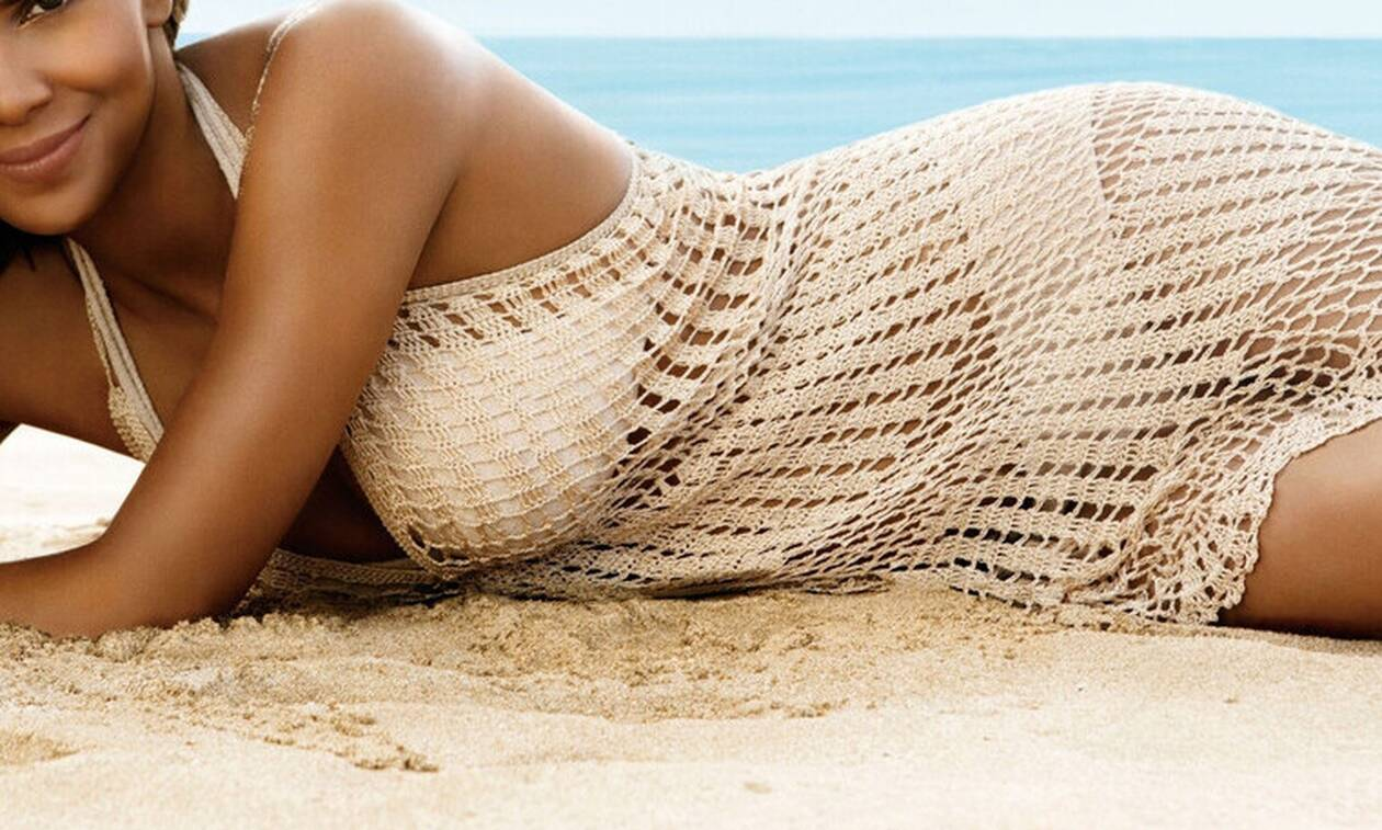 wallpapersden.com_halle-berry-beach-wallpapers_3200x2352