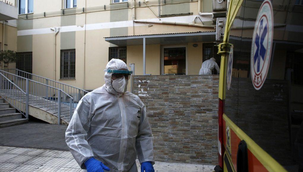 Υγειονομικοί υπάλληλοι ετοιμάζονται για τη μεταφορά ασθενή με κορονοϊό σε ασθενοφόρο του ΕΚΑΒ από την ιδιωτική κλινική Ταξιάρχαι, στο Περιστέρι, όπου συμφώνα με πληροφορίες ιχνηλατήθηκαν κρούσματα με κορονοϊό, την Πέμπτη 23 Απριλίου 2020. Σε εξέλιξη βρίσκεται έλεγχος δειγμάτων που ελήφθησαν από ασθενείς και εργαζόμενους σε ιδιωτική κλινική στο Περιστέρι, όπου νοσηλεύονται κυρίως νεφροπαθείς. Ο εντοπισμός κρουσμάτων σήμανε συναγερμό στις υγειονομικές αρχές και στην κλινική έσπευσε κλιμάκιο του ΕΟΔΥ, προκειμένου να εκτιμήσει την κατάσταση. Από τον έλεγχο έχουν διαπιστωθεί θετικά στον ιό δείγματα ασθενών και εργαζομένων. Επίσης στην κλινική μετέβησαν ο εκπρόσωπος του υπουργείου Υγείας για τον κορονοϊό, καθηγητής Σωτήρης Τσιόδρας και ο υφυπουργός Πολιτικής Προστασίας, Νίκος Χαρδαλιάς. ΑΠΕ-ΜΠΕ/ΑΠΕ-ΜΠΕ/ ΓΙΑΝΝΗΣ ΚΟΛΕΣΙΔΗΣ