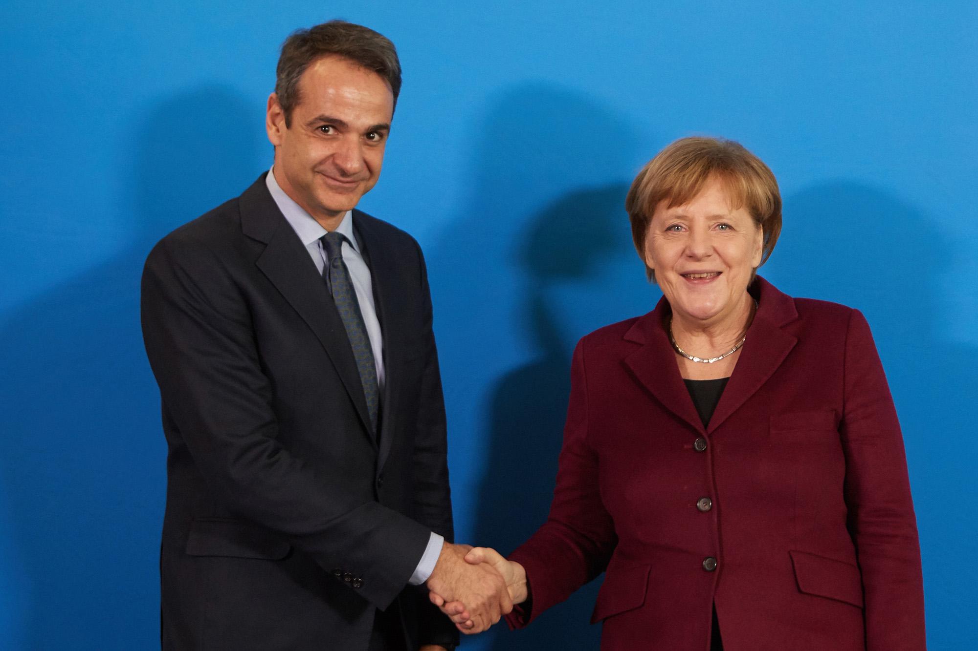 Ο πρόεδρος της Νέας Δημοκρατίας Κυριάκος Μητσοτάκης ανταλλάσει χειραψία  με την Καγκελάριο της Γερμανίας  Άγγελα Μέρκελ, κατά τη διάρκεια της συνάντησής τους, τη Δευτέρα 13 Φεβρουαρίου 2017, στα κεντρικά γραφεία του Κόμματος CDU. Διήμερη επίσκεψη  πραγματοποιεί ο  Κυριάκος Μητσοτάκης, στο Βερολίνο, σήμερα και αύριο, όπου θα έχει και τις πρώτες εκτεταμένες, συναντήσεις με την καγκελάριο Άγγελα Μέρκελ και τον υπουργό Οικονομικών Βόλφγκανγκ Σόιμπλε. ΑΠΕ-ΜΠΕ/ΓΡΑΦΕΙΟ ΤΥΠΟΥ ΝΔ/ΔΗΜΗΤΡΗΣ  ΠΑΠΑΜΗΤΣΟΣ