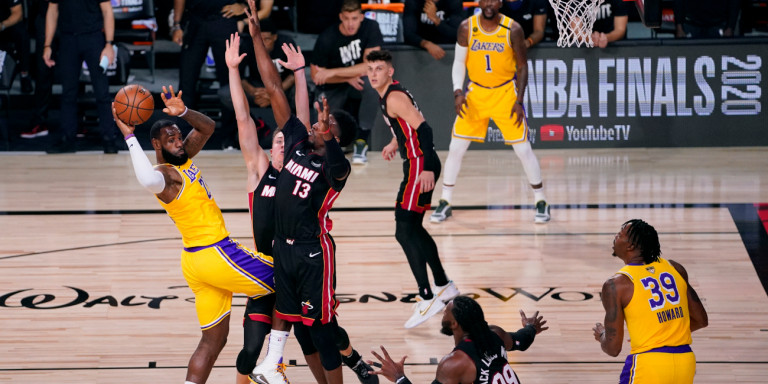 lakers-heat-lebron-james-pasarei
