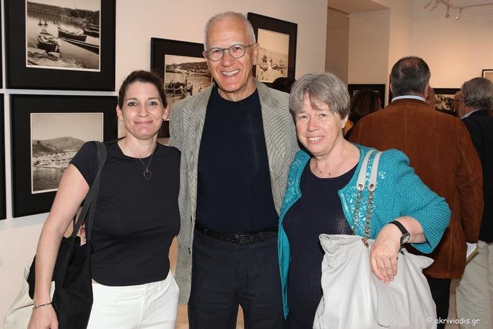Αγαιοπελαγίτικα κα'ί'κια  του Robert McCabe. Στην έκθεση του γνωστού Αμερικανού φωτογράφου Robert McCabe στην γκαλερί Citronne, παρουσιάζονται 50 φωτογραφίες με θέμα τα παλαιά «Αιγαιοπελαγίτικα Καΐκια, 1954-64». Με κέντρο την θάλασσα, μέσα από το μαυρόασπρο φιλμ, οι φωτογραφίες αποτυπώνουν το φυσικό, κοινωνικό και πολιτισμικό περιβάλλον της Μεταπολεμικής Ελλάδας. Τα ξύλινα καΐκια, έκφραση μιας τέχνης από άλλους καιρούς, αποπνέουν την σχέση του ανθρώπου με την θάλασσα, ανακαλούν το παρελθόν και εγείρουν την νοσταλγία για ένα άλλο τρόπο ζωής. Επιμέλεια: Τατιάνα Σπινάρη – Πολλάλη, Δρ της Ιστορίας της Τέχνης . Τα έσοδα της έκθεσης θα διατεθούν στον «Ελληνικό Σύνδεσμο Παραδοσιακών Σκαφών.» Πόρος  23/04/2016. / Ξένια Παπασταύρου, Δημήτρης Λινός και Αθηνά Λινού.