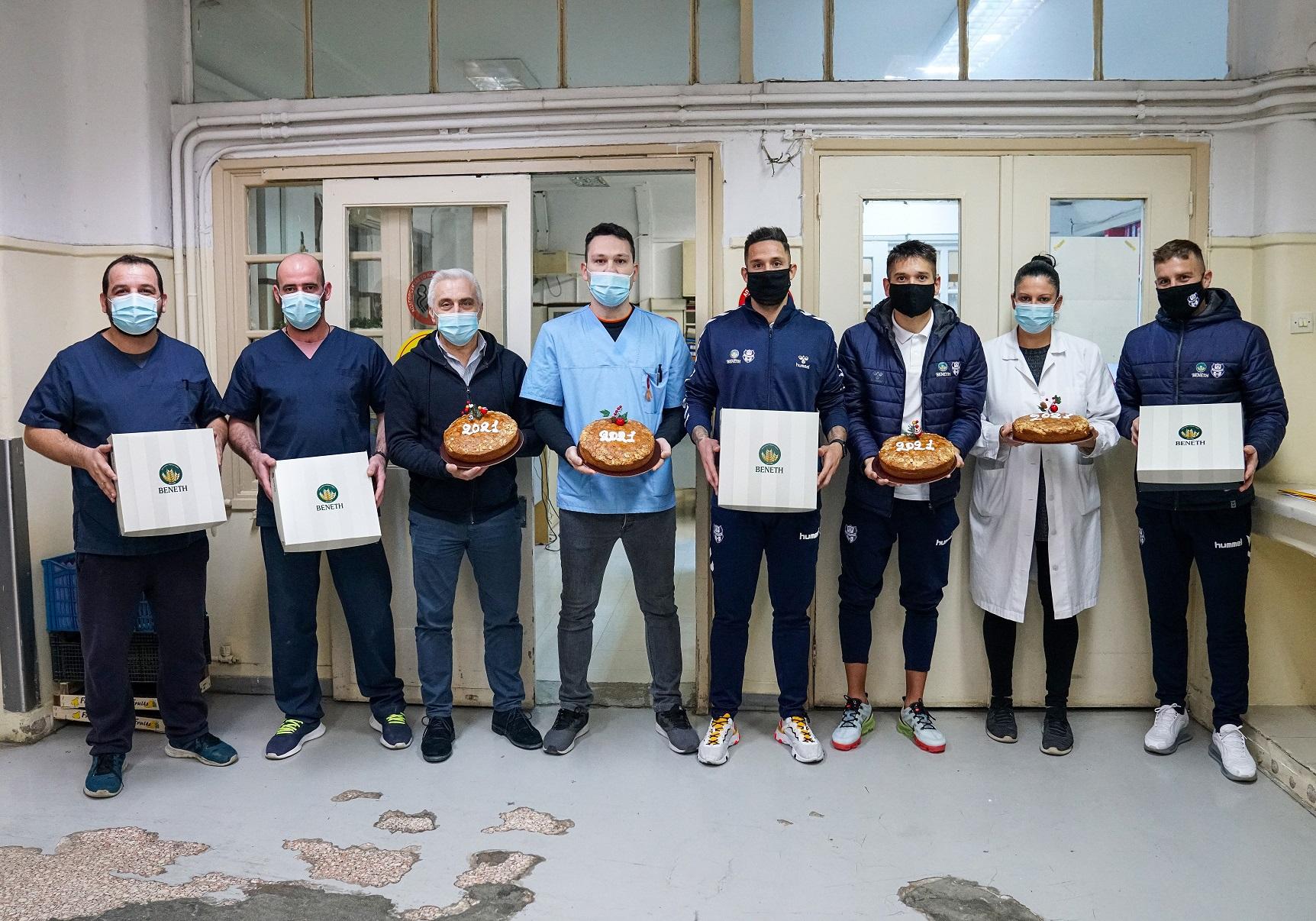 Προσωπικό του νοσοκομείου ΕΥΑΓΓΕΛΙΣΜΟΣ με αντιπροσωπεια παικ΄των της ΠΑΕ Απολλων Σμύρνης