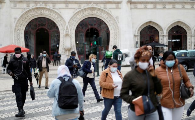 People walk near Rossio station during the coronavirus disease (COVID-19) outbreak, in downtown Lisbon, Portugal October 28, 2020.  REUTERS/Rafael Marchante