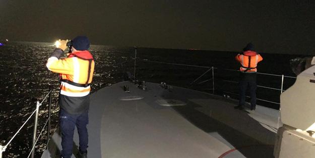 Çanakkale'nin Gökçeada ilçesi açıklarında içinde 5 kişinin bulunduğu teknenin batması sonucu bir kişi öldü, kayıp iki kişi aranıyor. ( Sahil Güvenlik Komutanlığı - Anadolu Ajansı )