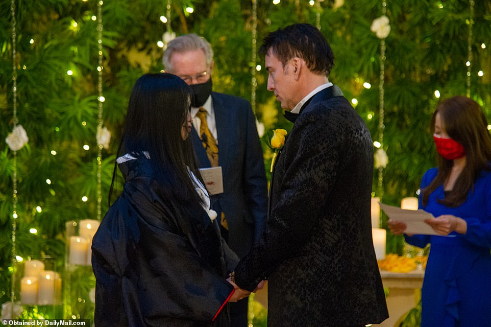 40105402-9331787-The_Oscar_winning_actor_married_Riko_in_an_intimate_wedding_at_t-a-260_1615001453808