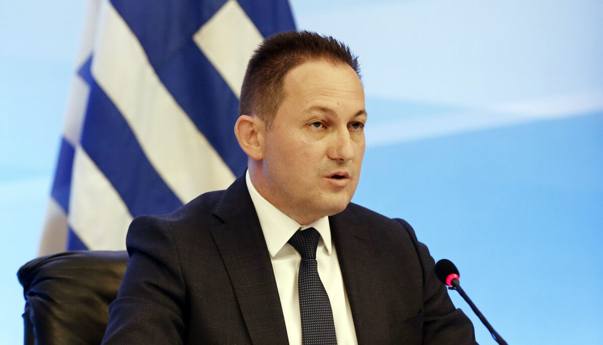 Ο υφυπουργός παρά τω πρωθυπουργώ αρμόδιος για θέματα επικοινωνίας και ενημέρωσης και Κυβερνητικός Εκπρόσωπος, Στέλιος Πέτσας μιλάει κατά τη διάρκεια της εξ αποστάσεως ενημέρωσης των πολιτικών συντακτών και των ανταποκριτών ξένου Τύπου, στην μεγάλη αίθουσα της ΓΓΕΕ, Πέμπτη 7 Μαΐου 2020. Στη σημερινή ενημέρωση των πολιτικών συντακτών από τον κυβερνητικό εκπρόσωπο Στέλιο Πέτσα, θα συμμετάσχει η υπουργός Πολιτισμού Λίνα Μενδώνη η οποία θα παρουσιάσει και θα εξειδικεύσει τα μέτρα στήριξης για τον χώρο του Πολιτισμού. Σύμφωνα με κυβερνητικές πηγές, «η ένταξη στην περίμετρο των μέτρων που έχουν ήδη ανακοινωθεί, επιμέρους κατηγοριών εργαζομένων, καθώς και η βραχυπρόθεσμη και μεσοπρόθεσμη στήριξη του κλάδου του Πολιτισμού» είναι οι δράσεις που θα συμπληρώσουν τις πρωτοβουλίες που έχει αναλάβει η κυβέρνηση από την πρώτη στιγμή για τη στήριξη του κόσμου του Πολιτισμού, όπως για παράδειγμα τη χορήγηση της αποζημίωσης ειδικού σκοπού των 800 ευρώ σε εργαζόμενους που είχαν ενεργές συμβάσεις είτε ανήκαν σε ειδικές κατηγορίες πριν τη λήψη των περιοριστικών μέτρων, όπως οι ωρομίσθιοι, ή τα προγράμματα για τους ανέργους και μακροχρόνια άνεργους καλλιτέχνες. ΑΠΕ-ΜΠΕ/ΑΠΕ-ΜΠΕ/ΑΛΕΞΑΝΔΡΟΣ ΒΛΑΧΟΣ