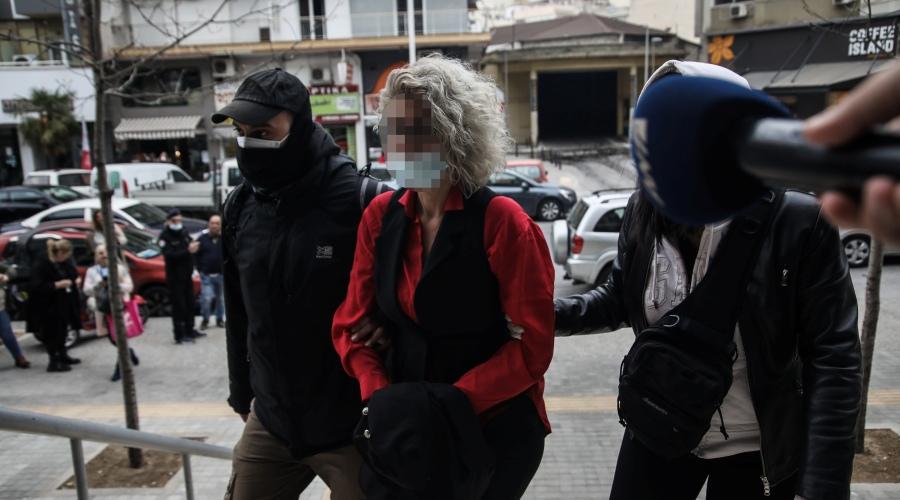 Απολογία στον εισαγγελέα της μητέρας μαθητή από τον Εύοσμο Θεσσαλονίκης, που αρνήθηκε να κάνει το παιδί της το self test για να επιστρέψει στο σχολείο του. Η μητέρα συνελήφθη με την κατηγορία της διασποράς ψευδών ειδήσεων αναφορικά με τα τεστ κατά του κορονοϊού. Συνελήφθη με τη διαδικασία του αυτοφώρου και θα κληθεί να απολογηθεί ενώπιον του εισαγγελέα, καθώς μέσω των αναρτήσεών της καλούσε κι άλλους γονείς αντιδράσουν στα self test. (ΜΟΤΙΟΝΤΕΑΜ/ΒΑΣΙΛΗΣ ΒΕΡΒΕΡΙΔΗΣ)