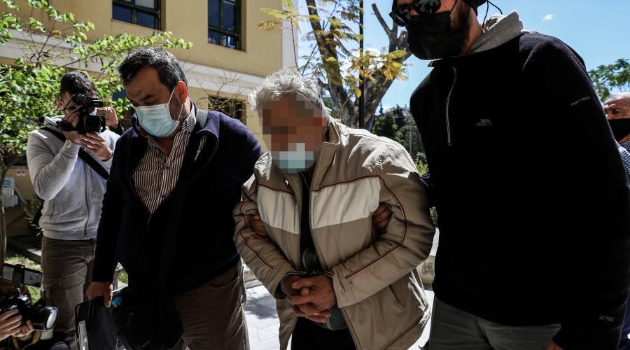Ο 76χρονος φερόμενος ως δράστης της δολοφονίας του 48χρονου γιού του στο Κορωπί, οδηγείται από αστυνομικούς στον εισαγγελέα, την Τρίτη 20 Απριλίου 2021. (EUROKINISSI/ΒΑΣΙΛΗΣ ΡΕΜΠΑΠΗΣ)