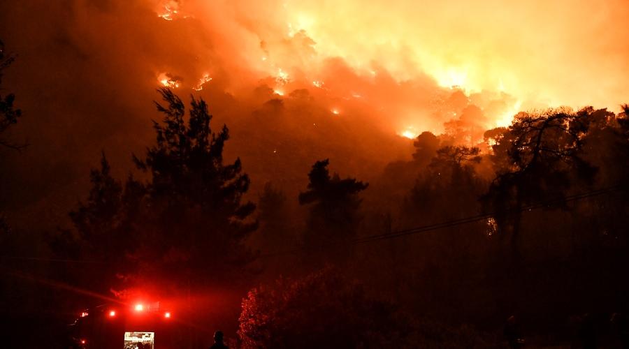 Πυροσβέστες επιχειρούν για την κατάσβεση της φωτιάς που μαίνεται από το βράδυ της Τετάρτης 19 Μαΐου 2021, σε δασική έκταση στον Σχίνο Λουτρακίου. Σύμφωνα με την Πυροσβεστική, το πύρινο μέτωπο είναι σε πλήρη εξέλιξη και για προληπτικούς λόγους έχουν εκκενωθεί από οι οικισμοί Σχίνος, Αγία Σωτήρα, Βαμβακές και Μαυρολίμνη και δύο μονές, ενώ πληροφορίες αναφέρουν ότι έχουν προκληθεί ζημιές σε τουλάχιστον τρεις κατοικίες.  (EUROKINISSI/ΒΑΣΙΛΗΣ ΨΩΜΑΣ)
