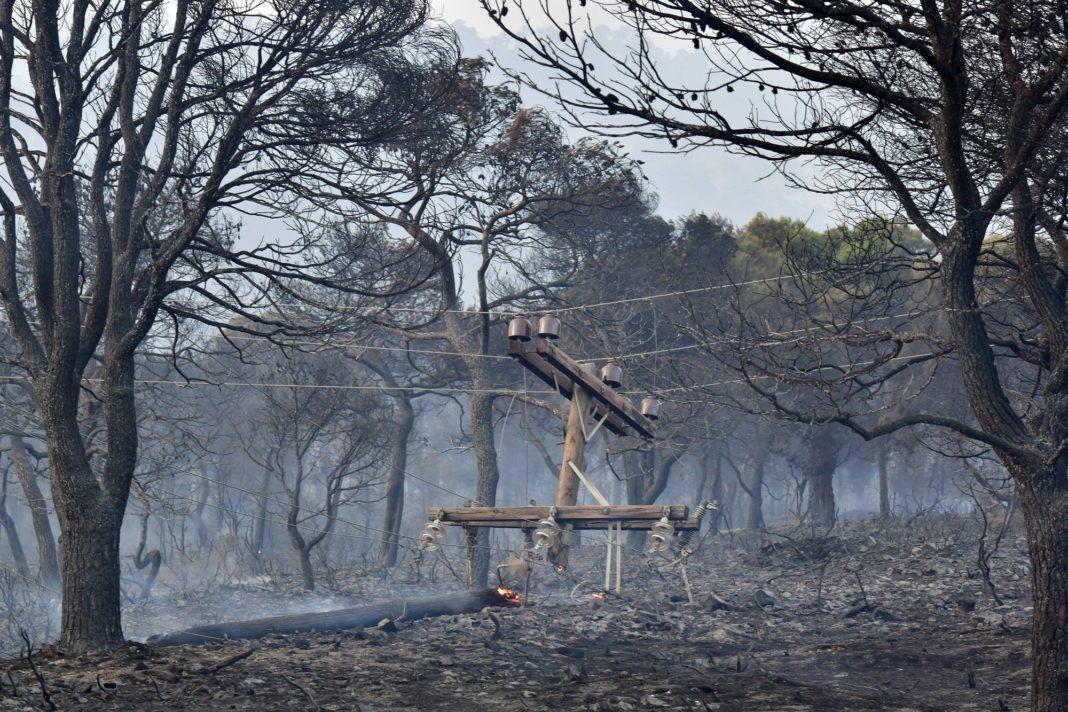 Καμένη κολόνα της ΔΕΗ από την πυρκαγιά που είναι σε εξέλιξη από χθες βράδυ στην περιοχή Σχίνος Λουτρακίου, Πέμπτη 20 Μαΐου 2021. Στην ενεργοποίηση του Ευρωπαϊκού Αριθμού Έκτακτης Ανάγκης 112 προχώρησε πριν από λίγο η Γενική Γραμματεία Πολιτικής Προστασίας, προκειμένου να ενημερώσει κατοίκους της ευρύτερης περιοχής των Μεγάρων να απομακρυνθούν από το σπίτια τους λόγω της μεγάλης πυρκαγιάς που ξεκίνησε από χτες το βράδυ στο Σχίνο Λουτρακίου και είναι σε εξέλιξη στα Γεράνεια. Με μήνυμα που εστάλη μέσω του 112 ενημερώνονται να απομακρυνθούν από τα σπίτια τους οι κάτοικοι από την ευρύτερη περιοχή των οικισμών Χάνι, Δερβένι, 'Ανω Πευκενέα και Κάτω Πευκενέα. Όπως διευκρινίστηκε η απομάκρυνση των κατοίκων γίνεται προληπτικά,  καθώς γύρισαν οι άνεμοι σε βορειοδυτικούς, με ραγδαία αύξηση της έντασης  και κατευθύνουν την φωτιά προς τους συγκεκριμένους οικισμούς, οι οποίοι αντιμετωπίζουν σοβαρό πρόβλημα αυτή την στιγμή, κυρίως από τον πολύ πυκνό καπνό. Η φωτιά καίει αυτή την ώρα ένα πολύ πυκνό πευκοδάσος, αλλά σύμφωνα με την Πυροσβεστική κατευθύνεται προς καμένη περιοχή, γι' αυτό υπάρχει συγκ