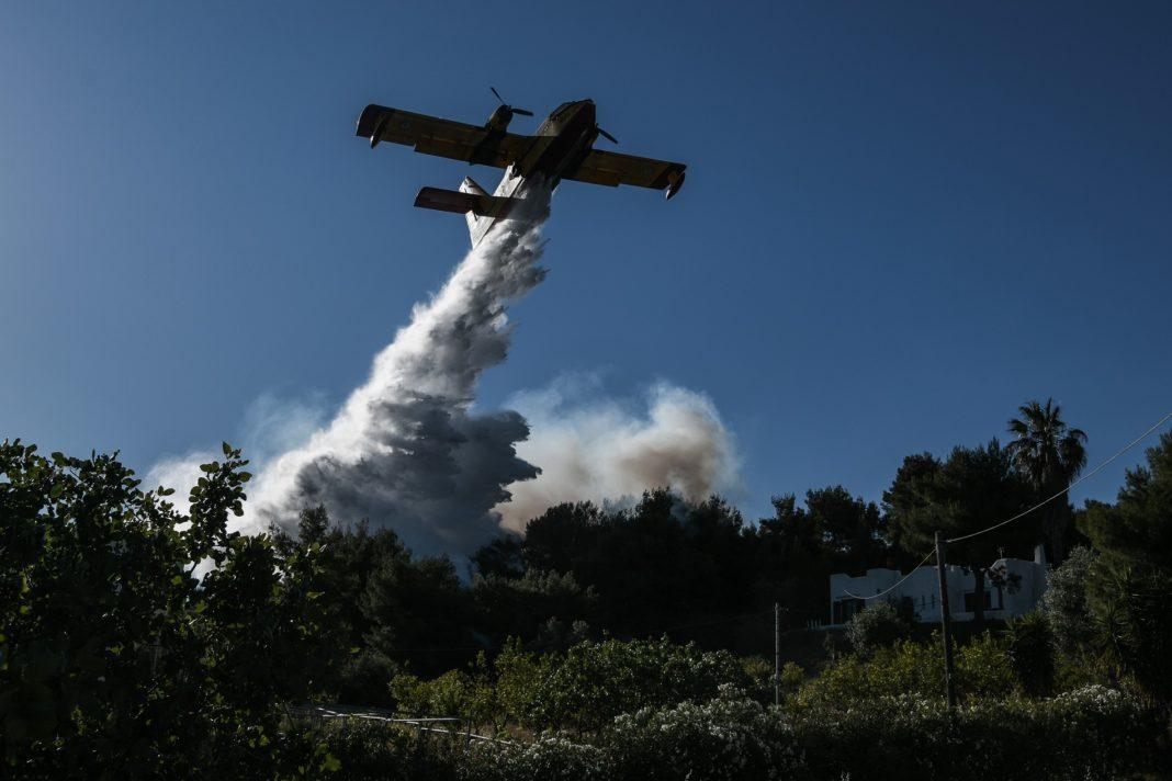 """Στιγμιότυπο από το μέτωπο της πυρκαγιάς στο Αλεποχώρι την Παρασκευή 21 Μαΐου 2021. Η φωτιά που ξεκίνησε το βράδυ της Τετάρτης από το Σχιστό Λουτρακίου επεκτάθηκε με κατεύθυνση προς τα Μέγαρα καίει για δεύτερο 24ωρο. Για την κατάσβεση της επιχειρούν στην περιοχή 278 πυροσβέστες με 89 οχήματα, 10 ομάδες πεζοπόρων τμημάτων, το ειδικό μηχανοκίνητο της Πυροσβεστικής, το κινητό επιχειρησιακό κέντρο """"Ολυμπος"""", 12 αεροπλάνα και 2 ελικόπτερα που κάνουν συνεχώς ρίψεις νερού, καθώς και 1 ελικόπτερο της Πυροσβεστικής, ως συντονιστικό. Ταυτόχρονα, στην προσπάθεια κατάσβεσης της πυρκαγιάς συνδράμουν εθελοντές πυροσβέστες και μηχανήματα έργου.  (EUROKINISSI/ΜΙΧΑΛΗΣ ΚΑΡΑΓΙΑΝΝΗΣ)"""