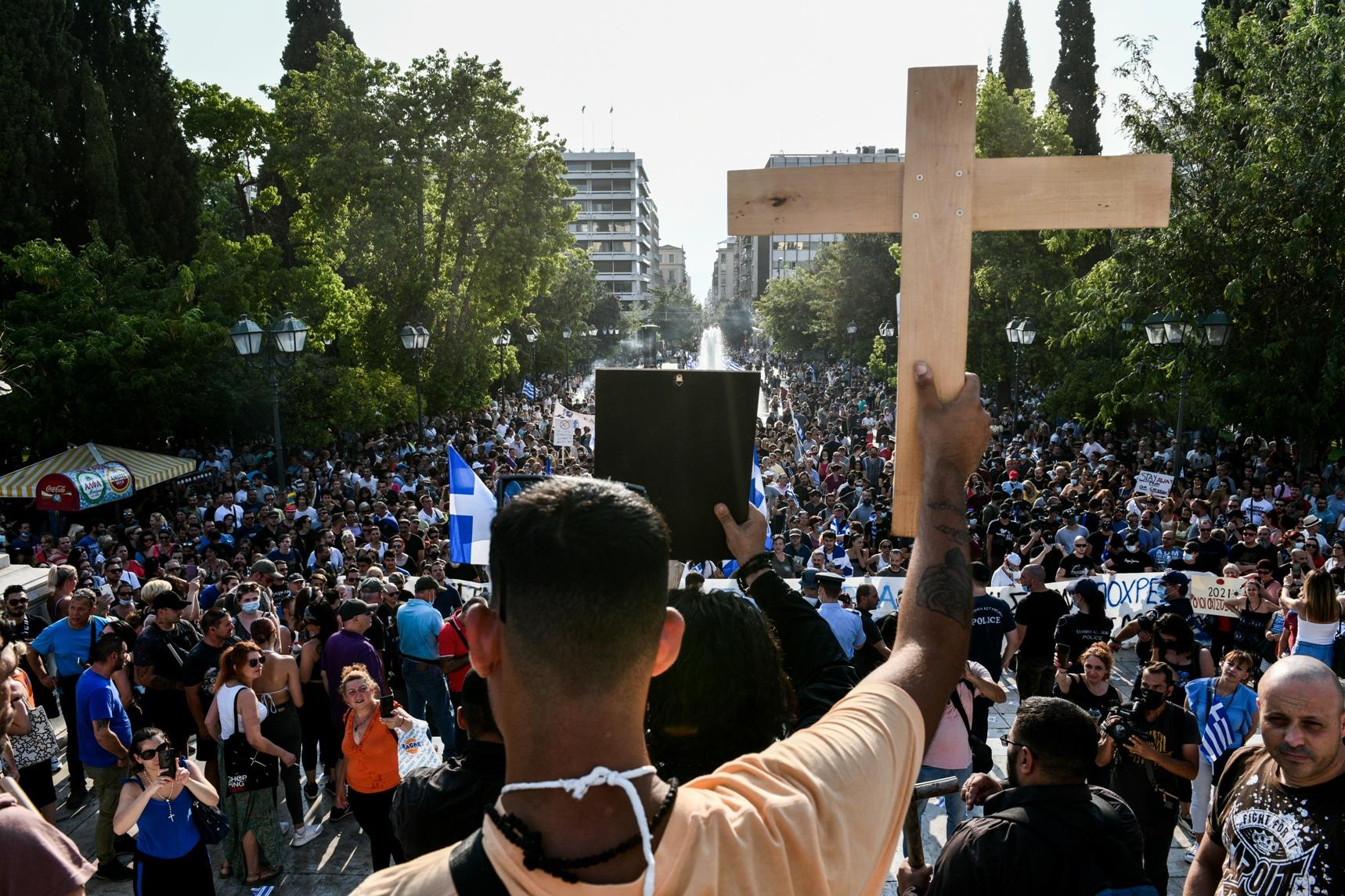 Συγκέντρωση διαμαρτυρίας στην πλατεία Συντάγματος ενάντια στην υποχρεωτικότητα του εμβολιασμού, Τετάρτη 21 Ιουλίου 2021. (EUROKINISSI/ΤΑΤΙΑΝΑ ΜΠΟΛΑΡΗ)