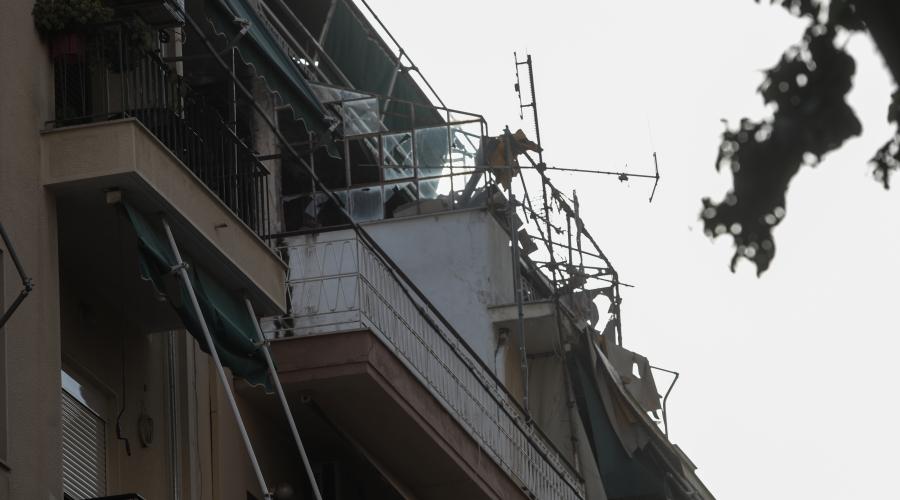 Δύο νεκροί εντοπίστηκαν από τους Πυροσβέστες έπειτα από φωτιά σε διαμέρισμα στην οδό Φολεγάνδρου στα Πατήσια, την Δευτέρα 2 Αυγούστου 2021. Οι πυροσβέστες είδαν αρχικά έναν άνθρωπο νεκρό στο πεζοδρόμιο, μπροστά από σπίτι, πιθανότατα από αναθυμιάσεις. Στην συνέχεια εντόπισαν στο διαμέρισμα και έναν ακόμη άνθρωπο νεκρό. (EUROKINISSI/ΓΙΑΝΝΗΣ ΠΑΝΑΓΟΠΟΥΛΟΣ)
