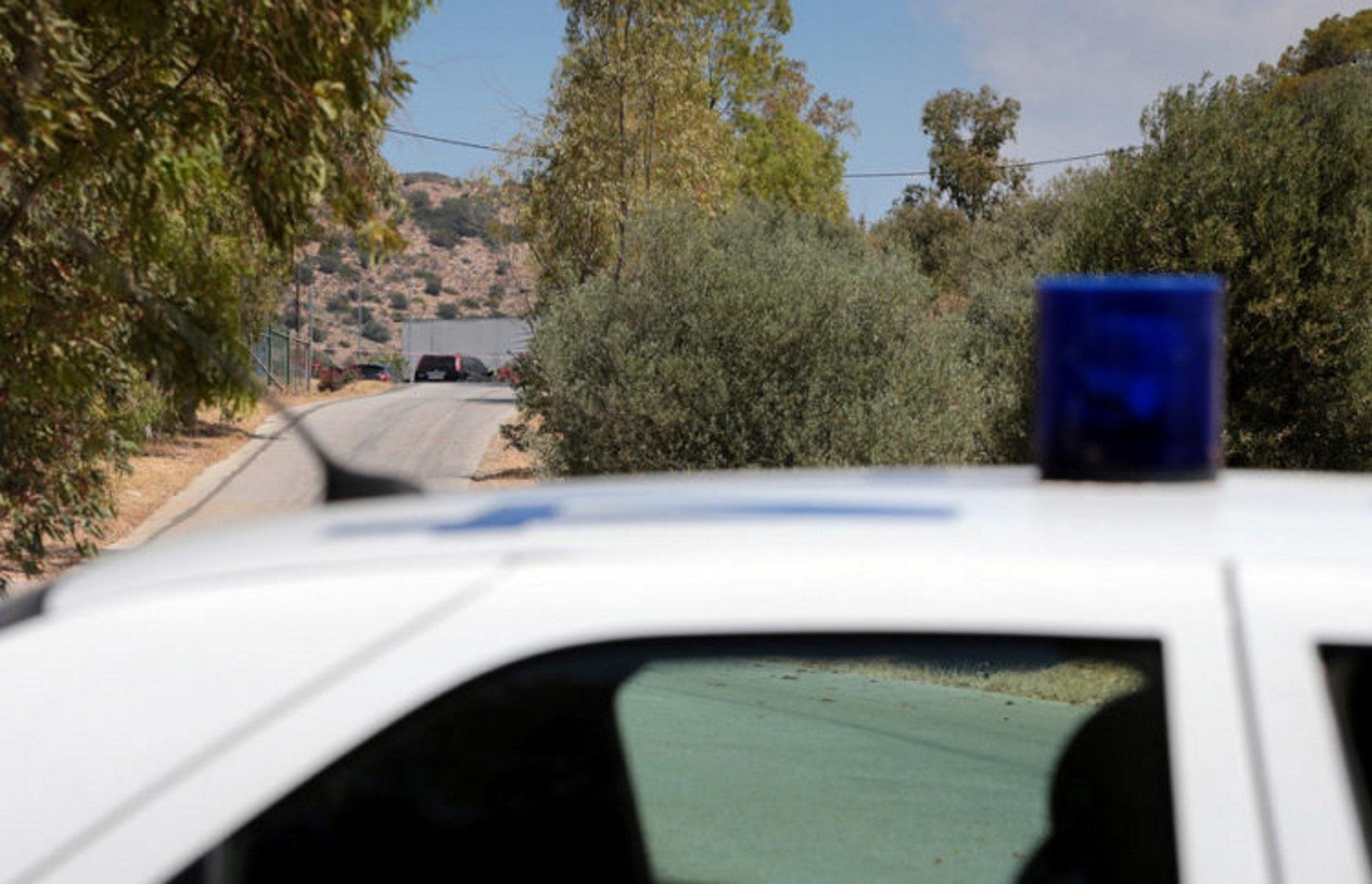 Άντρες της Ελληνικής Αστυνομίας ερευνούν την περιοχή όπου  άγνωστοι εκτέλεσαν το πρωί γνωστό πυγμάχο στην περιοχή της Βάρης, την ώρα που βρισκόταν στην οδό Ανδρέα Παπανδρέου, Βάρη, Δευτέρα 31 Μαΐου 2021. Σύμφωνα με πληροφορίες, το θύμα -που είχε απασχολήσει την ΕΛΑΣ για υποθέσεις της νύχτας- δέχθηκε πυροβολισμούς που προκάλεσαν τον θάνατό του από δράστες που επέβαιναν σε αυτοκίνητο. Η Αστυνομία έχει εξαπολύσει ανθρωποκυνηγητό για τον εντοπισμό και τη σύλληψη των εκτελεστών του πυγμάχου.  Σημειώνεται ότι ο 39χρονος είχε λάβει μέρος -και αναδείχθηκε νικητής- πριν από λίγα χρόνια σε γνωστό ριάλιτι επιβίωσης. ΑΠΕ-ΜΠΕ/ΑΠΕ-ΜΠΕ/ΠΑΝΤΕΛΗΣ ΣΑΪΤΑΣ