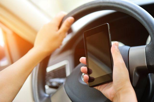 χρήση του κινητού στο αυτοκίνητο