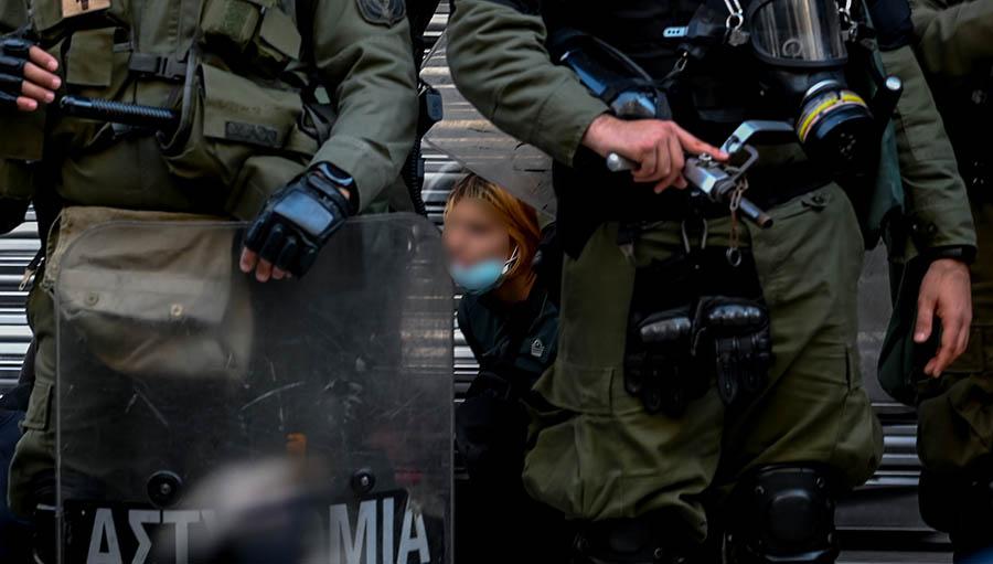 Χημικά και προσαγωγές από την αστυνομία, όταν ομάδα συγκεντρωμένων νωρίτερα  στα Προπύλαια ενάντια στην υποχρεωτική λήψη DNA στα Πανεπιστήμια, αποχωρούσε πρός τα Εξάρχεια, Τρίτη 26 Οκτωβρίου 2021 (ΜΙΧΑΛΗΣ ΚΑΡΑΓΙΑΝΝΗΣ/ EUROKINISSI)