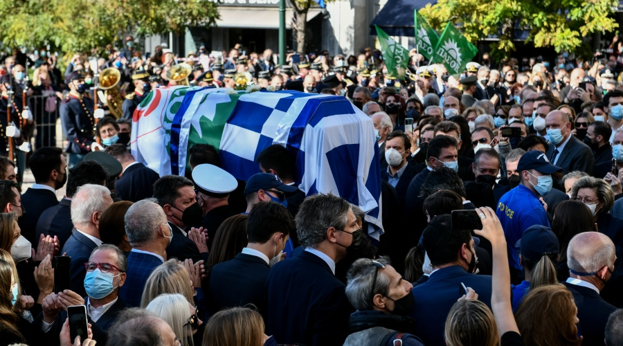 Εξόδιος ακολουθία της Προέδρου του Κινήματος Αλλαγής Φώφης Γεννηματά την Τετάρτη 27 Οκτωβρίου 2021. Στιγμιότυπο από ον εξωτερικό χώρο της Μητρόπολης Αθηνών. (ΤΑΤΙΑΝΑ ΜΠΟΛΑΡΗ/EUROKINISSI)