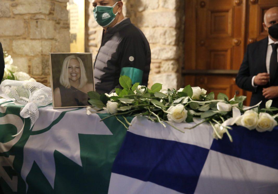 Κόσμος αφήνει λουλούδια στο φέρερτο με τη σορό της Φώφης Γεννηματά, κατά τη διάρκεια του λαϊκού προσκυνήματος στο παρεκλλήσι της Μητρόπολης Αθηνών, Τετάρτη 27 Οκτωβρίου 2021. H τελευταία πράξη του εθνικού πένθους για τη Φώφη Γεννηματά λαμβάνει χώρα σήμερα στη Μητρόπολη και στο Α΄ Νεκροταφείο. Η οικογένεια της προέδρου του ΚΙΝΑΛ, οι συνεργάτες, οι φίλοι, τα ηγετικά στελέχη της δημοκρατικής προοδευτικής παράταξης μαζί με την πολιτειακή και πολιτική ηγεσία της χώρας αλλά και απλοί πολίτες πρόκειται να παραστούν στη εξόδιο ακολουθία για τη Φώφη Γεννηματά, συνοδεύοντας την γενναία πολιτικό και φίλη στο τελευταίο της ταξίδι. Σ΄ όλα τα δημόσια κτίρια οι σημαίες κυματίζουν μεσίστιες ενώ το ίδιο συμβαίνει στις πρεσβείες της χώρας σ΄όλο το κόσμο ως απόδοση τιμής στην εκλειπούσα πολιτικό. ΑΠΕ-ΜΠΕ/ΑΠΕ-ΜΠΕ/ ΑΛΕΞΑΝΔΡΟΣ ΒΛΑΧΟΣ