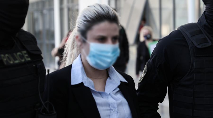 Δίκη της υπόθεσης για την επίθεση με καυστικό υγρό από 37χρονη εναντίον της Ιωάννας Παλιοσπύρου, Τετάρτη 27 Οκτωβρίου 2021. Στο στιγμιότυπο η κατηγορούμενη κατά την είσοδό της στην αίθουσα του Μικτού Ορκωτού Δικαστηρίου. (ΒΑΣΙΛΗΣ ΡΕΜΠΑΠΗΣ/EUROKINISSI)
